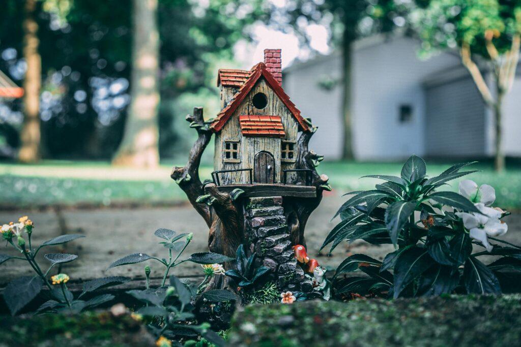 Mini decoratief tuinhuisje. Foto door David Gonzales via Pexels